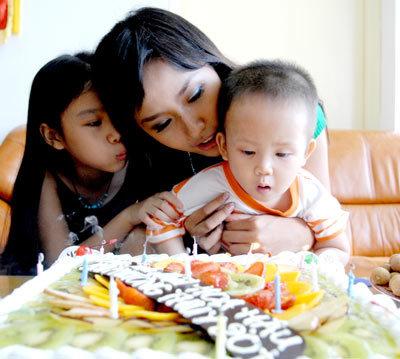 Trong sinh nhật tuổi 20 vào năm 2008, Hoa hậu Mai Phương Thúy bán sách lấy tiền giúp bé Thiện Nhân chữa bệnh.