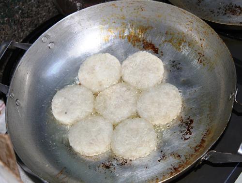 Những chiếc bánh xôi có màu trắng tinh trước khi chiên.