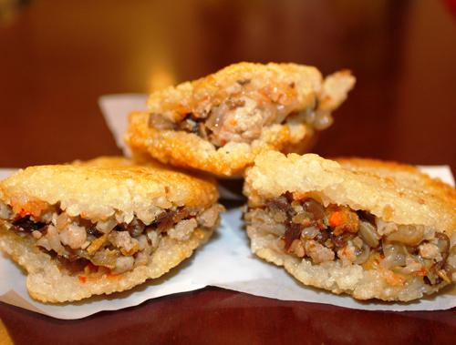 Bánh xôi chiên giòn được kẹp nhân thịt bên trong là món ăn yêu thích của nhiều người.