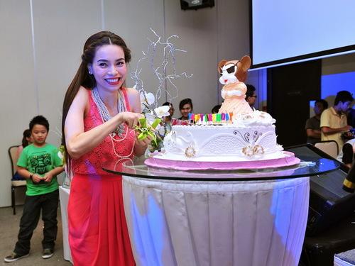 Hà Hồ cắt bánh sinh nhật tuổi 27 mà các fan dành tặng.