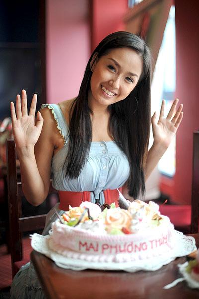 Sinh nhật tuổi 21 của Mai Phương Thúy có 200 em nhỏ đi cùng xem phim.