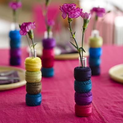 """Đôi khi chỉ cần 1 hoặc 2 bông hoa cắm trong chiếc lọ """"tự chế"""" trang trí với len cũng làm đẹp đám cưới của bạn."""