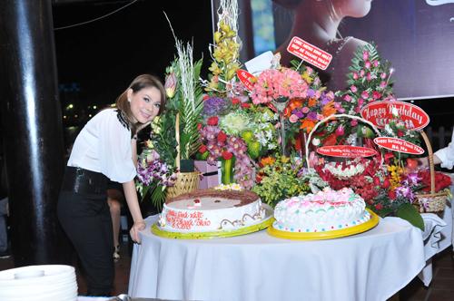 Trong tiệc sinh nhật của Thanh Thảo lúc nào cũng nhiều hoa và bánh.