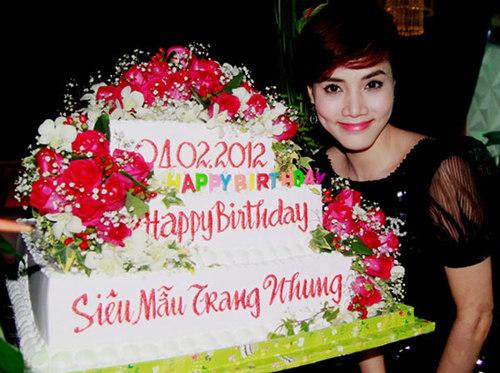 Trang Nhung bên chiếc bánh bạn bè tặng trong ngày kỷ niệm tuổi 26.