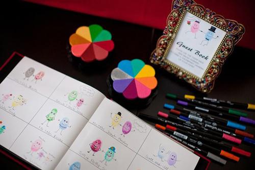 Một quyển sổ bằng giấy trắng đơn giản, chia thành các ô đều nhau sẽ là nơi thích hợp để các vị khách vừa in dấu vân tay, vừa ghi lời chúc.