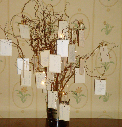 Cách đơn giản nhất để ghi lại lời chúc của khách mời là chuẩn bị những mảnh giấy, thắt nơ rồi treo lên một cành cây nhỏ.