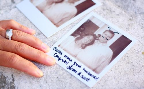 Bạn có thể sử dụng chính những bức ảnh in theo dạng polaroid để làm nơi khách ký tên.