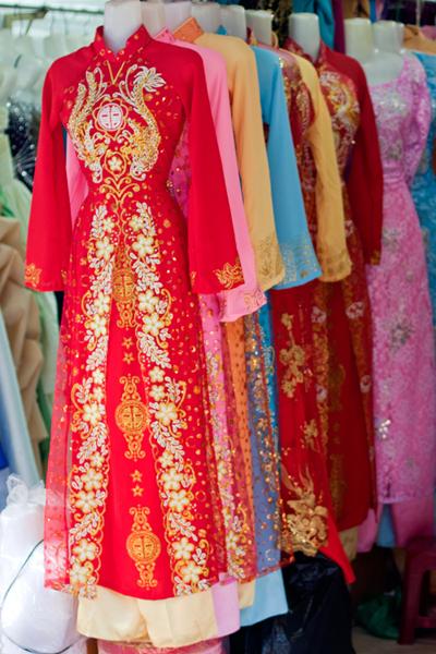 Chất lượng áo dài ăn hỏi tại chợ khá tốt, giá cả cũng phải chăng.