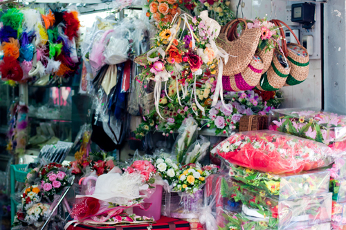 Trong chợ còn có nhiều gian hàng bán phụ kiện chụp ảnh, phụ kiện trang trí.