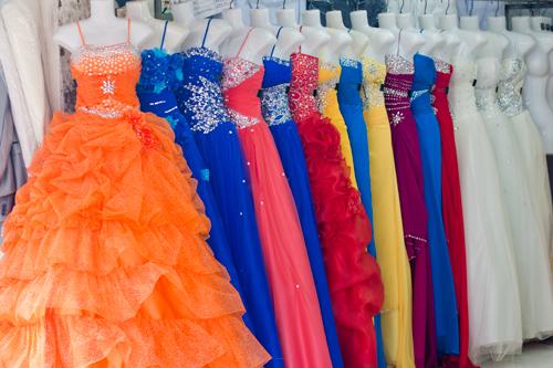 Tại chợ có nhiều loại váy khác nhau.