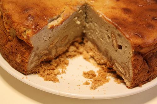 Sau khi nướng xong, bỏ bánh ra ngoài cho nguội rồi cho vào tủ lạnh để một đêm.