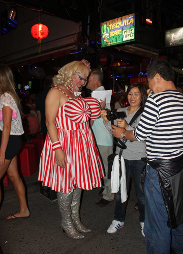 Các quán bar sẽ ngừng biểu diễn sex show khi phát hiện có cảnh sát đi tuần. Tuy nhiên lúc cảnh sát đi khỏi, họ nói nhỏ vào tai từng khách và mời lên tầng hai kín đáo hơn để xem.