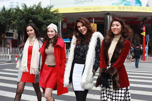 Mai Phương Thúy, Trúc Diễm, Hoàng Yến, Ngọc Quyên trên đường phố Quảng Châu.