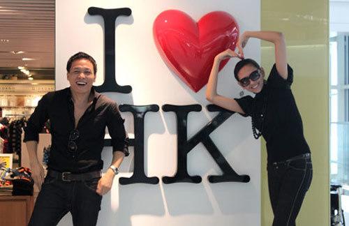 Đạo diễn Ngô Quang Hải và Võ Hoàng Yến ở sân bay Chek Lap Kok (Hong Kong).
