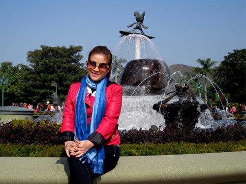 Cây hài Kiều Linh và chồng ở Disneyland Hong Kong.