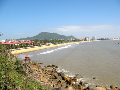Đứng trên Gành Ráng có thể nhìn thấy bao quát một góc thành phố biển Quy Nhơn.