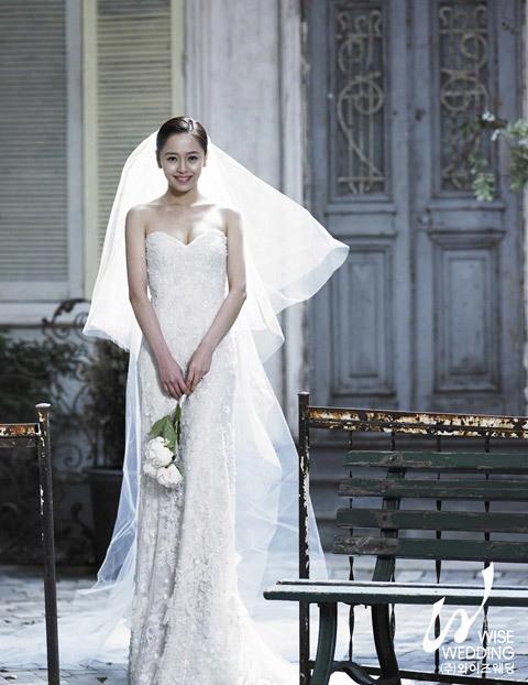 Nữ diễn viên Kang Sung Yeon của 'Anh em nhà bác sĩ' cũng khoe ảnh cưới đẹp của mình được thực hiện trong studio.