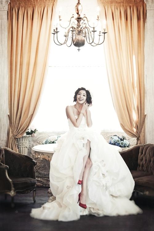 Nữ diễn viên Seo Ji Young tiết lộ với người hâm mộ loạt ảnh xinh đẹp của mình trong bộ ảnh cưới. Ý tưởng bộ ảnh cưới của cô là thể hiện vẻ đẹp sang trọng lộng lẫy của cô dâu. Trong hầu hết các bộ ảnh cưới, cô dâu luôn là trung tâm được mọi người ngắm nhìn và trầm trồ khen ngợi nhiều nhất.
