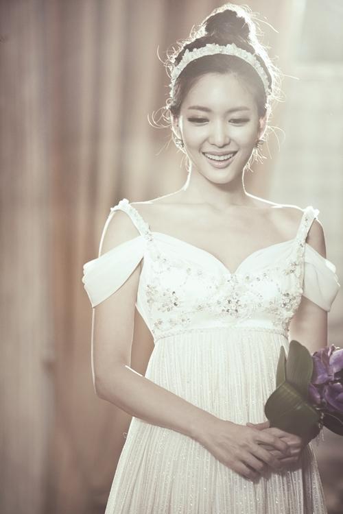 Seo Ji Young luôn nở nụ cưới rạng rỡ trong mỗi bức ảnh.