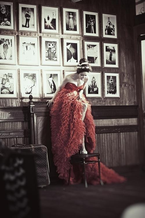 Cô diễn viên xinh đẹp sử dụng những chiếc váy đuôi dài thướt tha để làm tăng thêm vẻ đẹp nữ tính của mình.