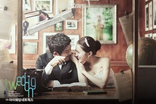Trong bộ ảnh, Yoo Hana chủ yếu thể hiện tình cảm và những hành động yêu thương với chú rể của mình.