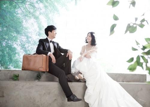"""Yoon Hee Suk, nam diễn viên từng tham gia """"Cáo chín đuôi"""", mới hé lộ những bức ảnh cưới tuyệt đẹp của anh vào đầu tháng 12/2011."""