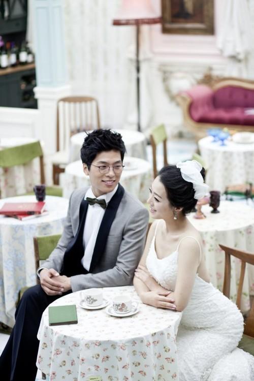 Chàng diễn viên điển trai Yoon Hee Suk và cô người yêu xinh đẹp luôn rạng rỡ trong những bức ảnh cưới.
