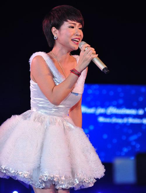 Uyên Linh sốc khi nghe tin Whitney Houston qua đời.