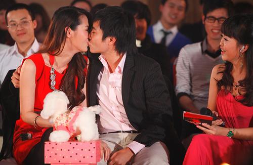 Để thể hiện tình yêu nồng thắm dành cho nhau, vợ chồng Dương Thùy Linh không ngần ngại trao nụ hôn