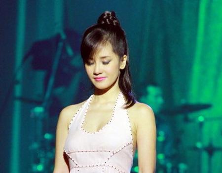 Cô Bống Hồng Nhung khéo léo giấu chiếc chun buộc bằng một lọn tóc tết sam
