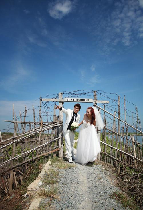 Trên bờ vuông tôm ở Bà Rịa có những cổng rào hết sức lạ mắt.