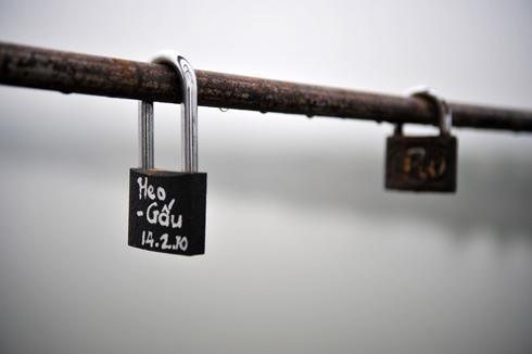 Trước đây, ở cầu Long Biên (Hà Nội) cũng có nhiều ổ khóa tình yêu.