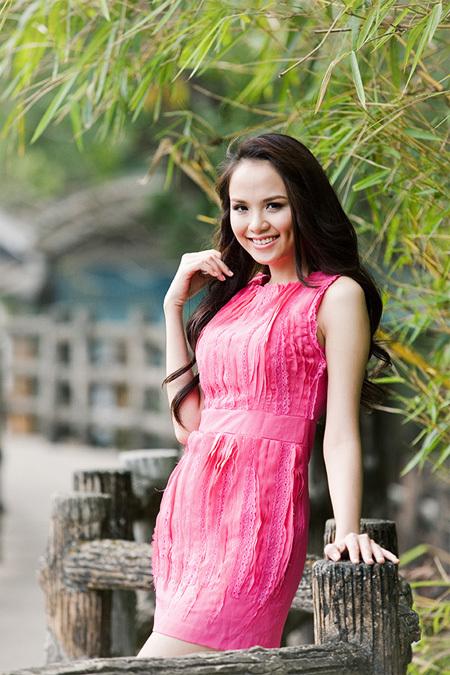 'Hoa hậu thế giới người Việt' - Diễm Hương chọn cho mình chiếc váy màu hồng đậm, khoe được làn da trắng nõn cùng đôi chân dài miên man nhưng không quá sexy