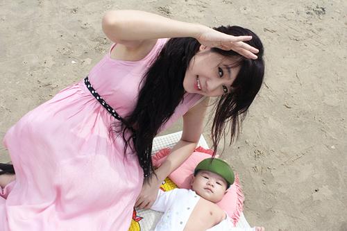 Bé Rio (tên thật Nguyễn Hạo Nhiên) gần 4 tháng tuổi, đã đủ cứng cáp nên vợ chồng Lý Hải - Minh Hà