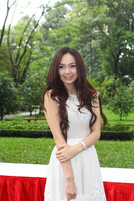 Diễn viên Minh Hằng tinh khôi trong chiếc váy voan màu trắng