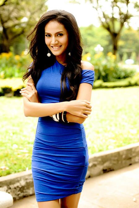 Người mẫu Quanh Đi chọn cho mình chiếc váy màu xanh lệch vai ôm sát cơ thể đầy gợi cảm nhưng cũng rất thanh lịch.