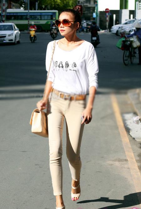 Kết hợp chiếc quần màu nude cùng áo phông trắng đơn giản nhưng Thanh Hằng vẫn không kém phần sành điệu.