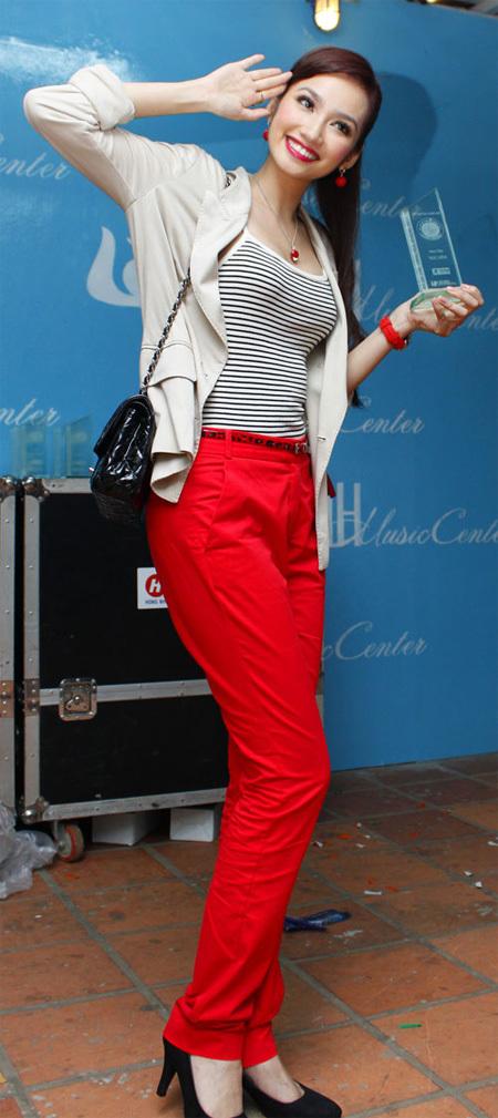 """Hoa hậu Trúc Diễm lại """"chơi trội"""" bằng cách diện quần màu đỏ."""