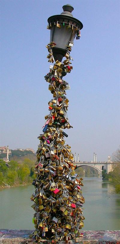 Ngọn trên trên cầu Milvio không còn đủ sức gánh thêm khóa.