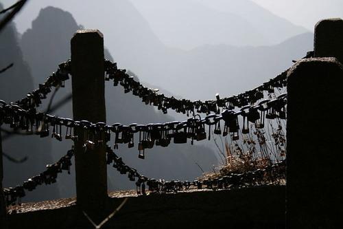 Cây cầu trên núi cao ở Trung Quốc là điểm đến của các đôi yêu nhau.