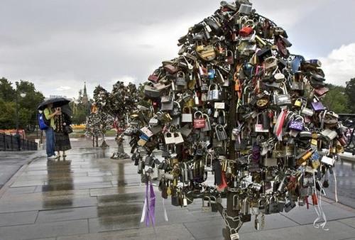 Cây khóa trên cầu Luzhkov, Moscow.