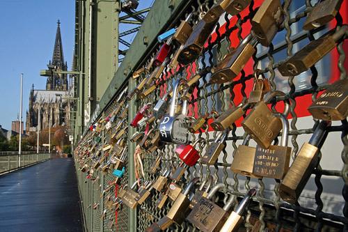 Ngoài nhà thờ đẹp nổi tiếng, thành phố nước hoa Cologne còn có cây cầu Hohenzollern gắn đầy khóa.