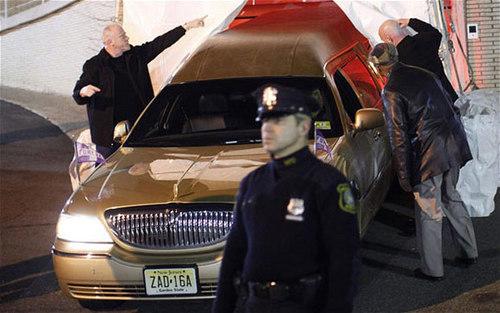 Nhiều nhân viên an ninh được điều động tới canh gác khi thi hài Whitney được đưa vào bên trong nhà tang lễ.