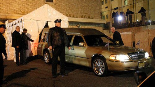 Vào lúc nửa đêm, một chiếc xe tang vàng chở nữ ca sĩ tới nhà tang lễ Whigham ở Newark, thành phố nơi Whitney chào đời.