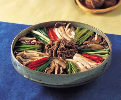 Nấm và rau xanh rất tốt cho sức khỏe. Ảnh: Korea Taste.