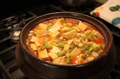Ngoài kim chi cải thảo, đậu phụ, bạn có thể cho thêm các đồ nhúng vào món canh làm thành nồi lẩu.