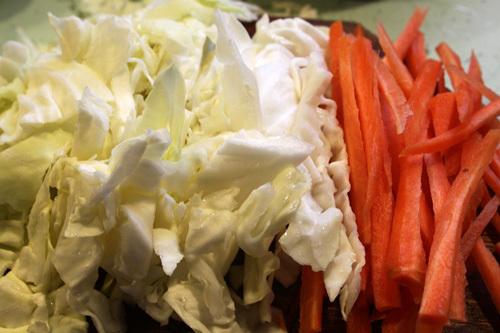 Bắp cải và cà rốt thái sợi vừa ăn.