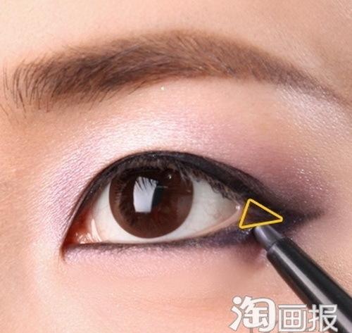 Tô đậm đuôi mắt theo hình tam giác để tạo độ sâu