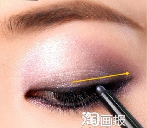 Kẻ viền mí mắt trên và dưới, kéo dài về phía đuôi mắt