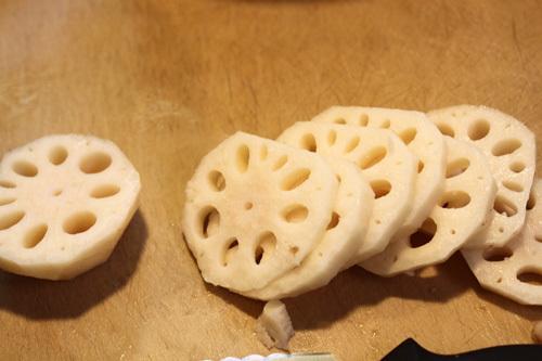 Cắt củ sen thành từng lát tròn vừa ăn.